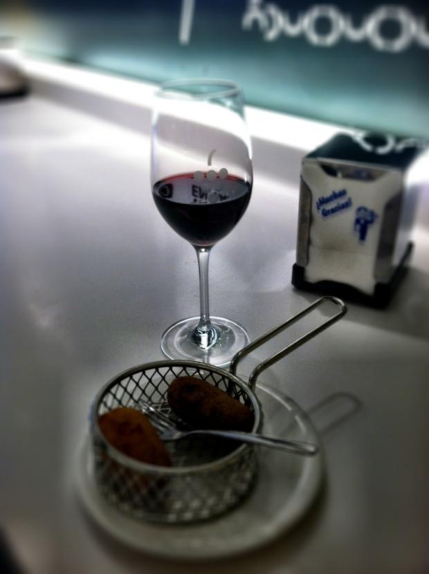 Vino tinto and croquetas